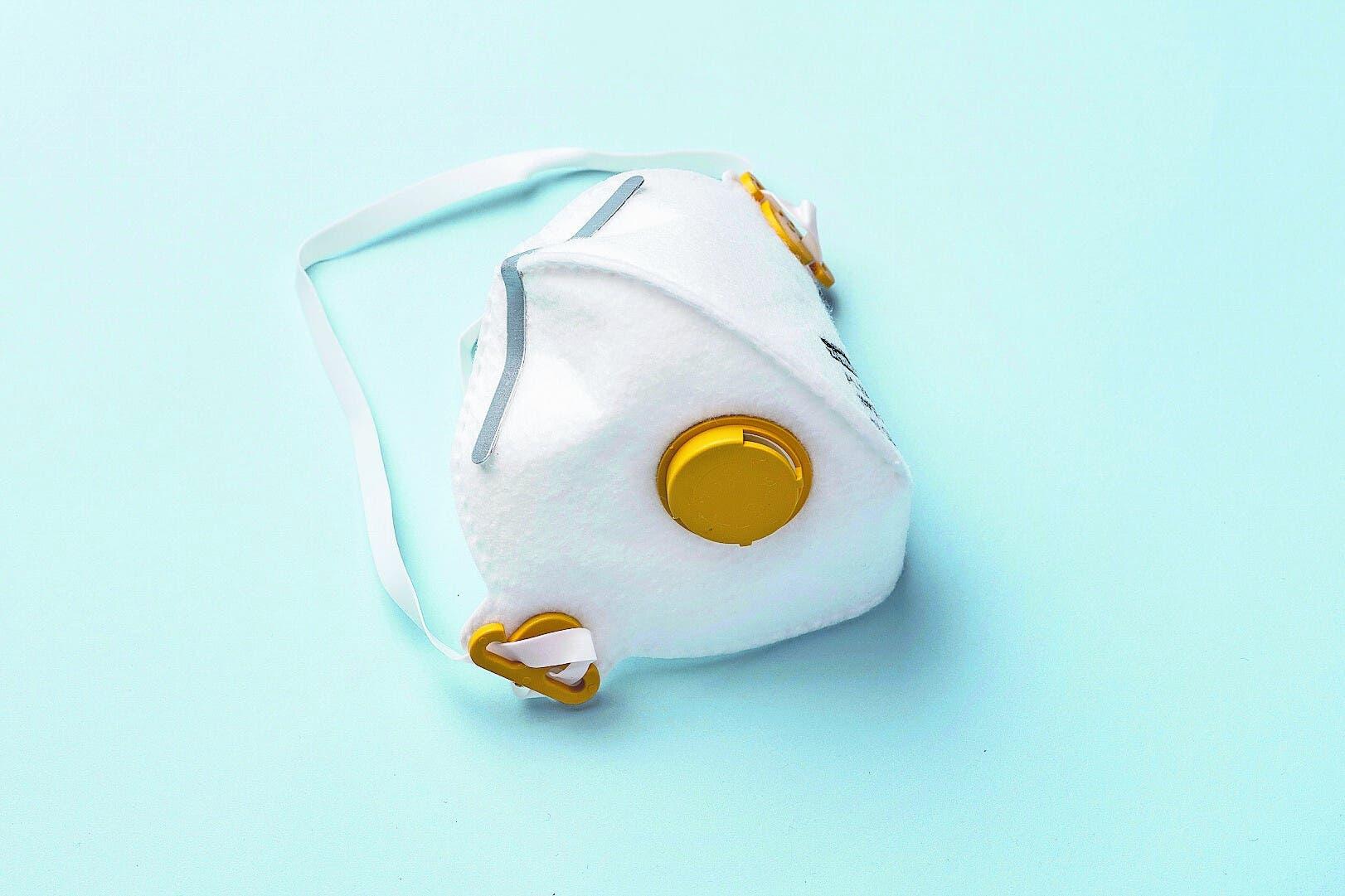Atemschutzmasken (sogenannte FFP-Masken) fallen in die Kategorie persönliche Schutzausrüstung und sollen in erster Linie den Träger vor Viren schützen.