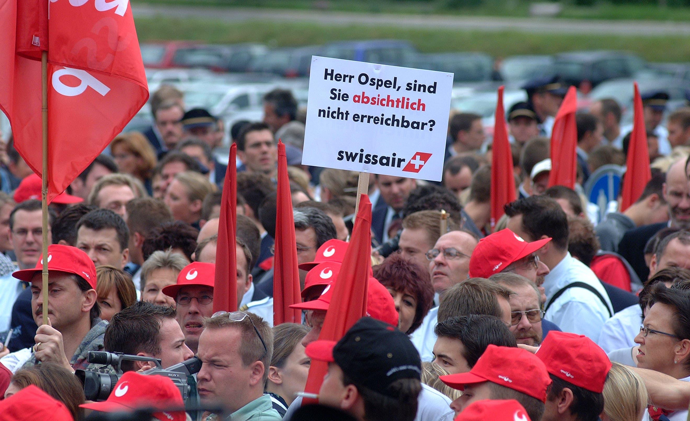 Demo des Swissair-Personal vor dem Hauptsitz Balsberg. Die Grossbanken kamen schlecht weg. UBS-Chef Marcel Ospel wurde vorgeworfen, im wichtigsten Moment abwesend gewesen zu sein. (3.10.2001)