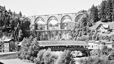 Das Wahrzeichen der Toggenburgerbahn und ein stets attraktives Bildmotiv: Die Guggenloch-Brücke bei Lütisburg im Jahr 1945. (Bild: Staatsarchiv)