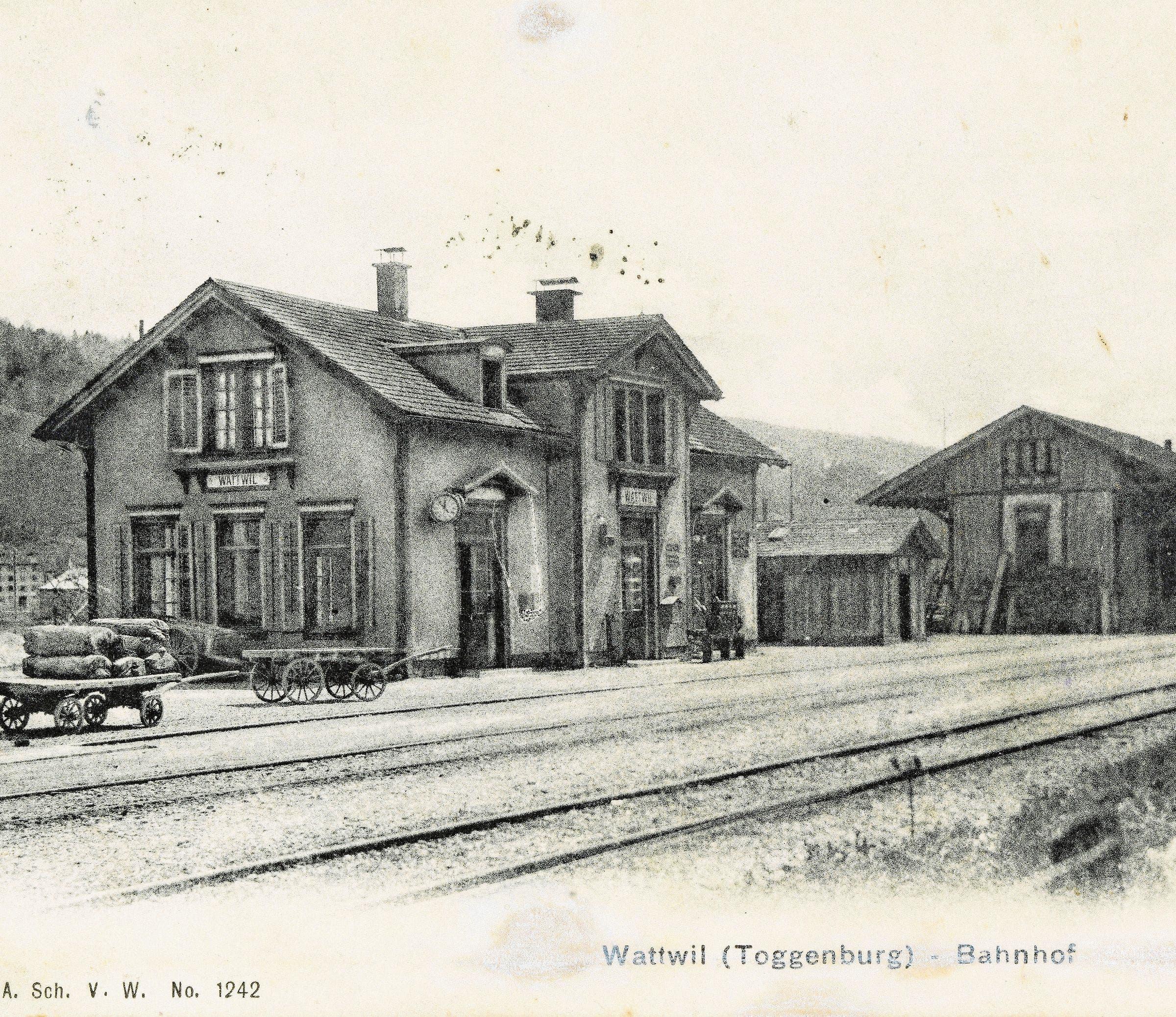 Das Wahrzeichen der Toggenburgerbahn und ein stets attraktives Bildmotiv: die Guggenloch-Brücke bei Lütisburg im Jahr 1945. Das Stationsgebäude mit Nebenbauten und Güterschuppen in Wattwil um 1900.