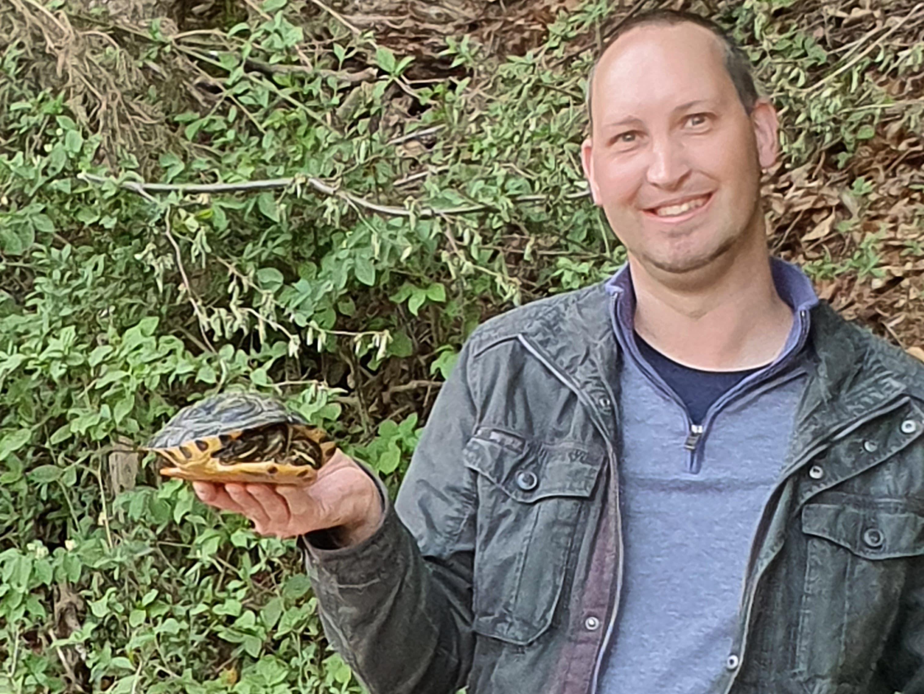 Andreas Dudli mit der gefangenen Gelbwangen-Schildkröte.