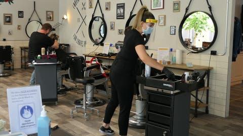 Die Coiffeure, wie inErdem's Barbershoparbeiten wieder – mit Schutzkonzept. (Bild: Zoe Gwerder, (Zug, 27. April 2020))