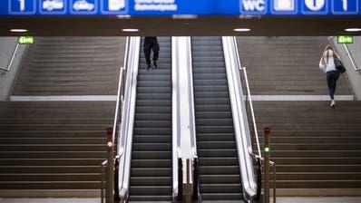 Allmählich dürften sich auch die Bahnhöfe wieder mit Menschen füllen. (Keystone)