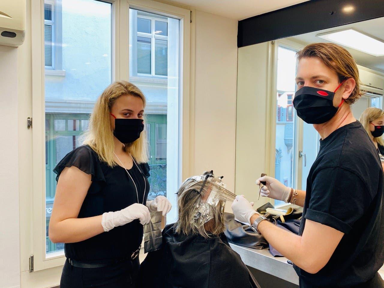 Mit der Maske schwatzt man weniger: Coiffeure von Bättig in St.Gallen können wieder arbeiten.