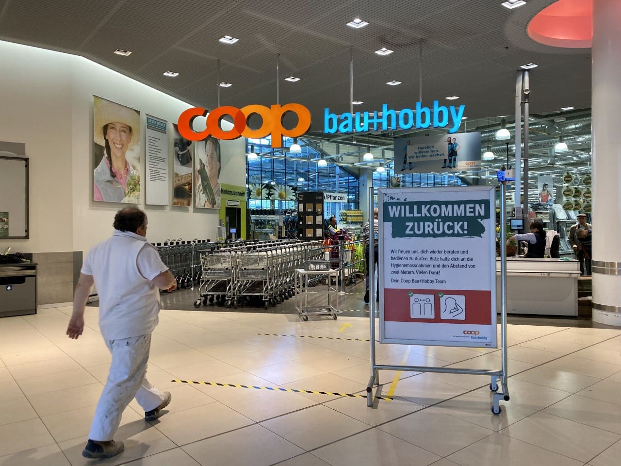 Im «Bau & Hobby» des Gallusmarkts sind Wartebereiche gekennzeichnet.
