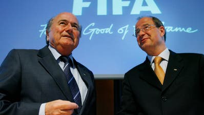 Generalsekretaer Urs Linsi (links) mit dem damaligen Fifa-Chef Sepp Blatter. (Aufgenommen 2006, Bild: Keystone)