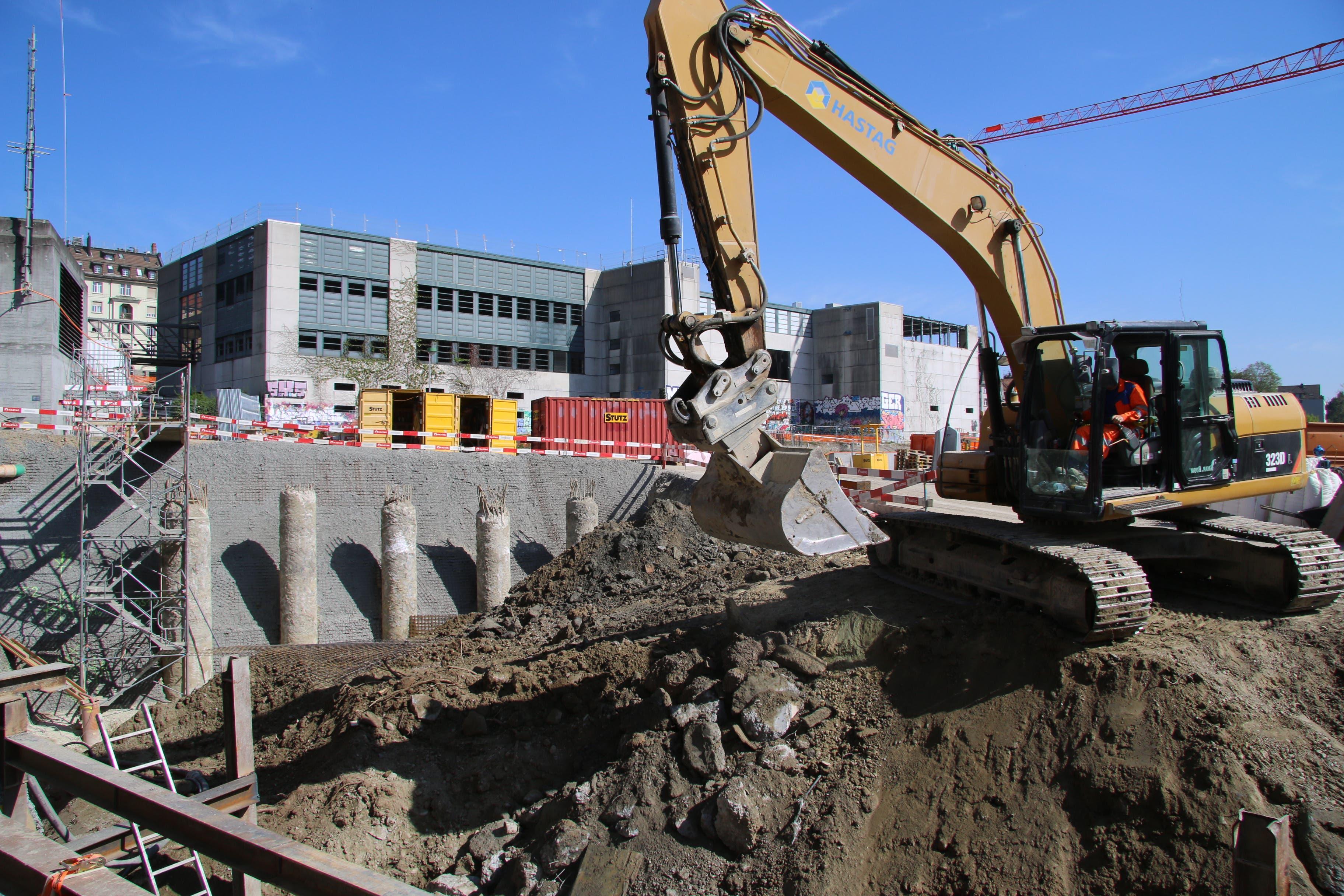 Strassenbaustelle am Schellenweg. Hinten in der Baugrube die Betonpfosten, auf denen der Deckel über die Stadtautobahn liegen wird. Ganz hinten die alte Halle 1.