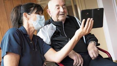 Freude bei dem Bewohner eines Altersheims über die baldige Lockerung des Besuchsverbots. (Bild: Laurent Gillieron/Keystone)