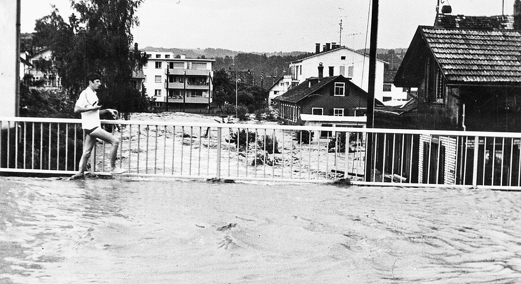 Die überflutete Brücke der Henauerstrasse. Von hier wälzte sich das Hochwasser durch das Siedlungsgebiet.