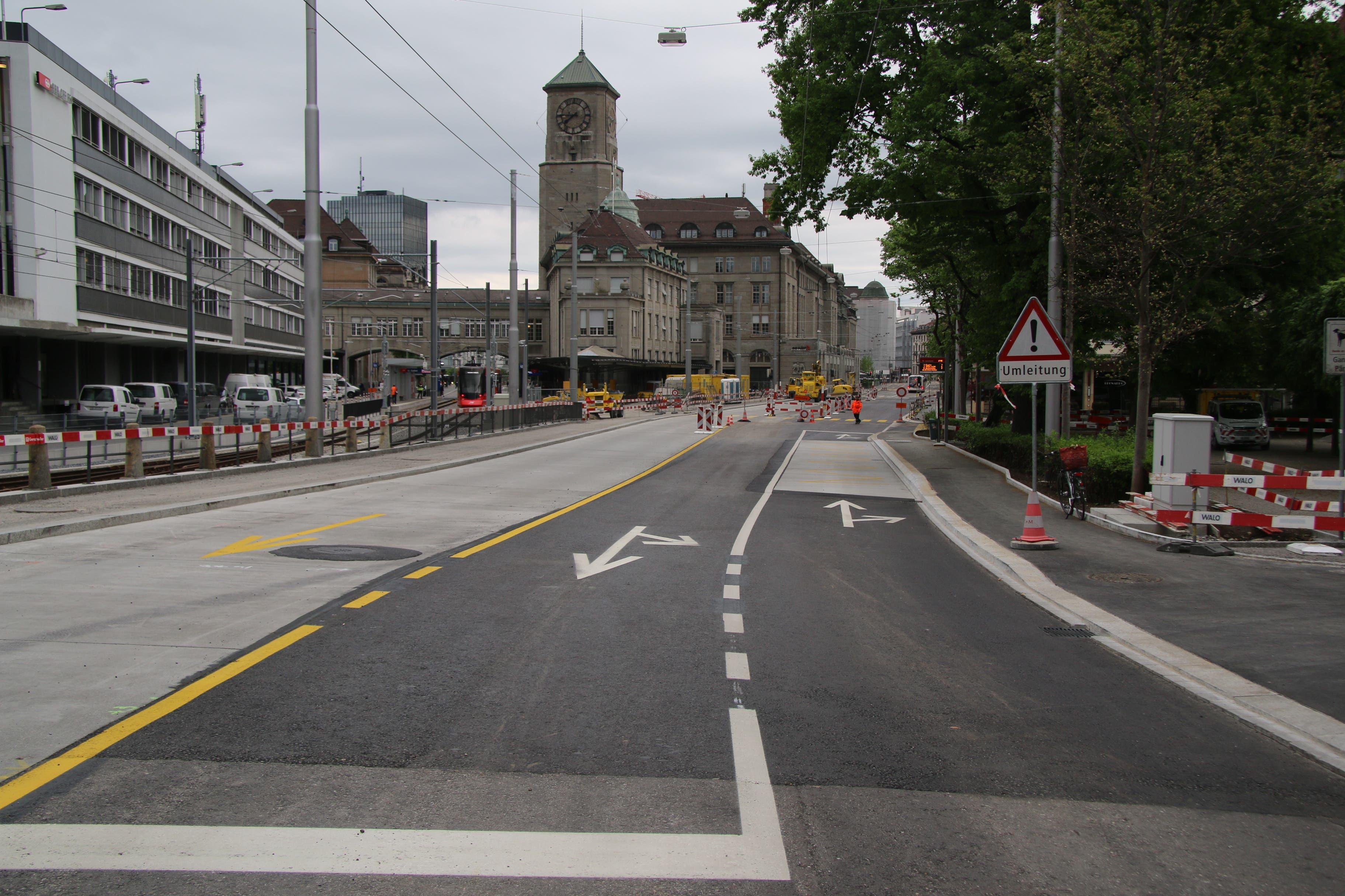 Die St.Leonhard-Strasse mit Blick stadteinwärts. Auf Höhe des Leonhardspärklein ist bereits die künftige Verkehrsfürhung auf den Boden gemalt.