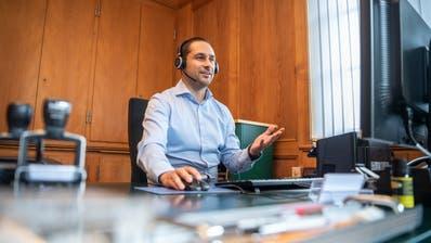 Gabriel Macedo führt das Gespräch in seinem Büro. ((Bild: Andrea Stalder))