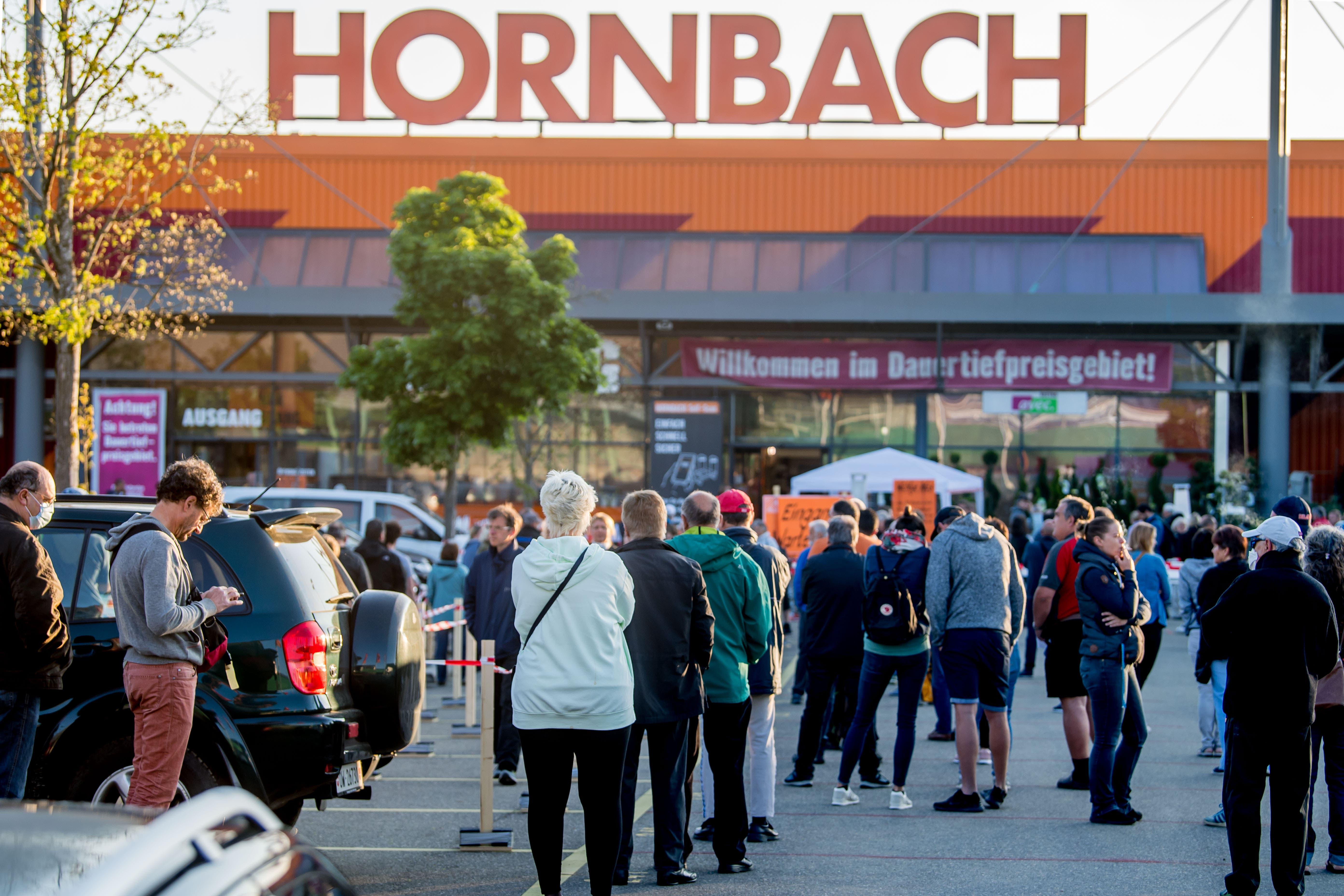 Montagmorgen, 7 Uhr vor dem Hornbach in Littau: Bereits hat sich eine lange Schlange gebildet.