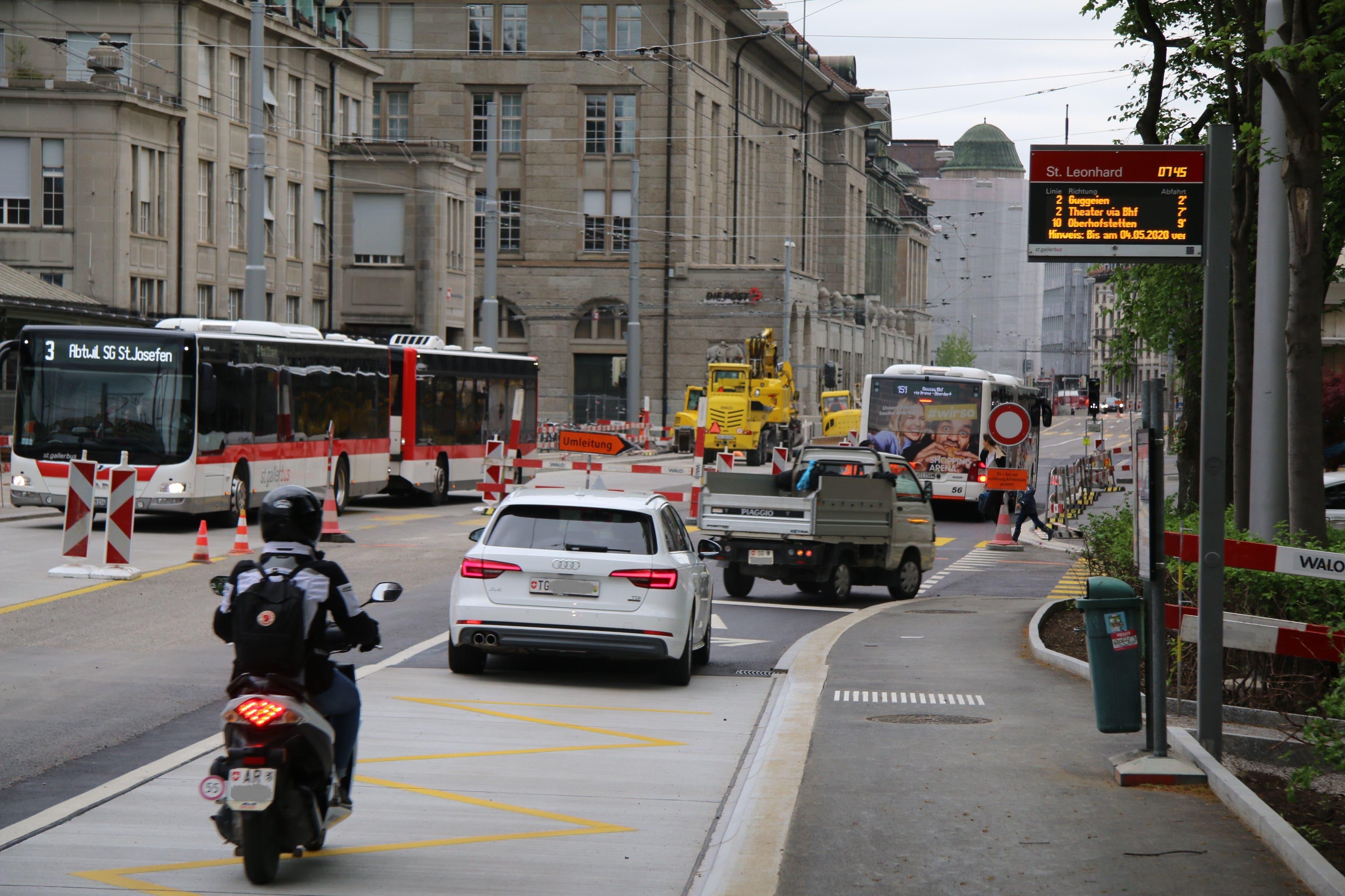 Umleitung: Am ende des Leonhardspärkleins wird der Verkehr in die Kesslerstrasse umgeleitet. Geradeaus geht's aufgrund der Bauarbeiten am Verkehrsknoten Gäbris-/St.Leonhard-Strasse bis im Juni nur noch für Busse und Postautos.