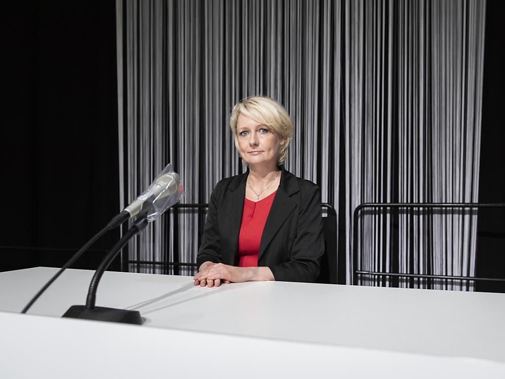 Der Geruch nach Holz fehlt: Nationalratspräsidentin Isabelle Moret (FDP/VD) an ihrem Platz im provisorischen Ratssaal auf dem Bernexpo-Gelände.
