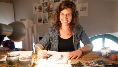Carole Isler arbeitet in ihrem Atelier in Frauenfeld am Porträt der Pflegefachfrau Luzia. ((Bild: Donato Caspari))