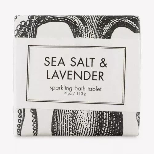 SprudelbadDie Kombination aus Meersalz und Lavendel sorgt für eine entspannende Brise in der Wanne. Die Tablette von Formulary 55 ist vegan und parabenfrei (9.90 Fr./Stück, bei globus.ch).