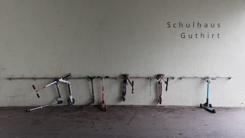 Ab dem 11. Mai dürfte auch dieser Kickboard-Ständer im Schulhaus Guthirt in Zug besser belegt sein. Dann beginnt der Unterricht in den obligatorischen Schulen wieder. (Bild: Matthias Jurt (13. Dezember 2019))