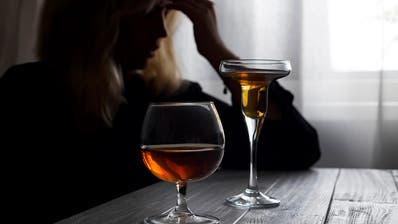 """Der Griff zur Flasche passiert in Krisen häufiger - bei jenen, für die dies schon vorher die """"Lösung"""" von Stress und Depressionen war. ((Bild: Shutterstock))"""