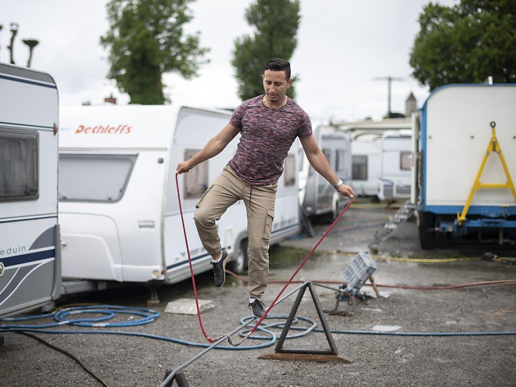 Hochseilartist Diego Balbin trainiert beim Zirkus Knie. Der Zirkus musste wegen des coronabedingten Veranstaltungsverbotes bereits Teile seiner Tournee absagen und steht vor einer ungewissen Zukunft.