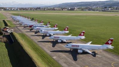 Die Swiss-Flotte steht derzeit mehrheitlich still, so wie hier auf dem Flugplatz Dübendorf. (Ennio Leanza / KEYSTONE)
