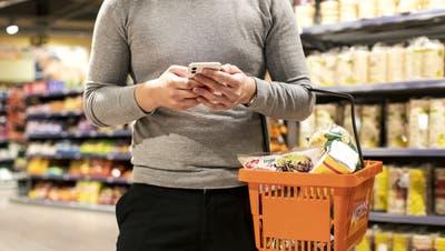 Nachbarschaftshilfe ist in Coronazeiten gleichbedeutend mit Einkaufen und Besorgungen erledigen für Menschen in Riskogruppen, ((Bild: Alexandra Wey ,KEYSTONE))