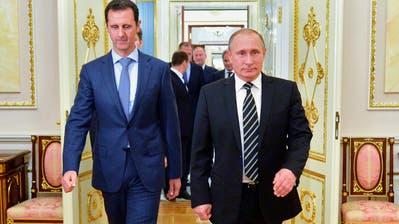 Der russische Präsident Wladimir Putin (r) gemeinsam mit Bashar al-Assad: Wie lange stützt der Kremlchef den syrischen Machthaber noch? (Alexei Druzhinin / AP)