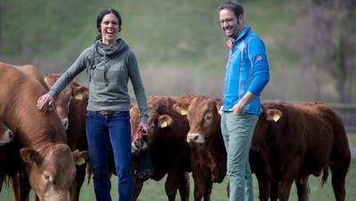Céline Haas mit ihren Jungmunis auf einer Weide in Ohmstal. Mischa Hofer bietet mit einem neuen System aus Deutschland Hofschlachtungen an. (Bild: Nadia Schärli)