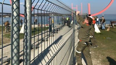 Zivilschützer installieren am Freitagnachmittag einen zweiten Grenzhag auf Klein Venedig. Mit 2 Meter Abstand zum deutschen Zaun. ((Bild: pd/Stadt Kreuzlingen))