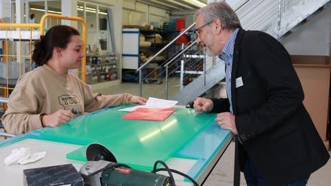 Geschäftsführer Rupert Summerauer bespricht mit Olivia Marti, Praktikantin Arbeitsagogin, den nächsten Auftrag. ((Bild: Claudia Koch))