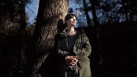 Anna Ospelt geht Bäumen poetisch an die Wurzel – auch ohne Umarmung oder «Waldbaden». (Bild: Benjamin Manser)