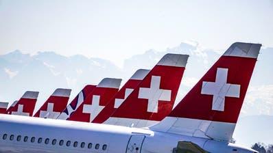 Heckflossen so weit das Auge reicht: Zahlreiche Swiss-Maschinen stehen derzeit unbenutzt auf dem Militärflugplatz Dübendorf. (Andy Mueller / freshfocus)