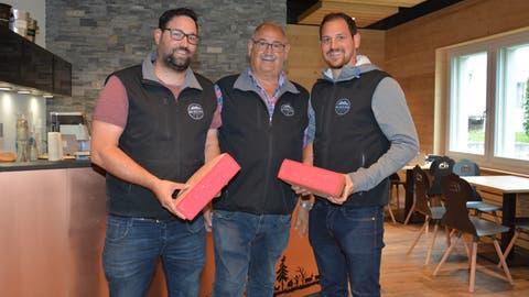 Jürg, Elmar und Urs Stadelmann (von links) von der Swiss Cheese Factory in Ganterschwil mit ihrer «Pink Queen», die im asiatischen Raum lanciert wurde und nun immer mehr Anhänger in der Schweiz und im grenznahen Ausland findet. (Bild: Beat Lanzendorfer)