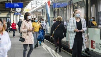 Im öffentlichen Verkehr Abstand halten - sonst Schutzmaske tragen