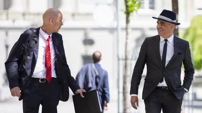 Bundesrat Alain Berset, rechts, und Daniel Koch, Delegierter des BAG für COVID-19, kommen zu einer Medienkonferenz des Bundesrates über die Situation des Coronavirus. (Bild: Peter Klaunzer (Bern, 29. April 2020))