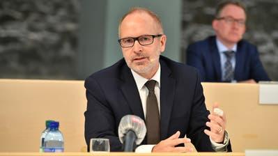 Bildungschef Stefan Kölliker und Alexander Kummer, Leiter Amt für Volksschulen, haben den Fahrplan zum Start des Bildungsbetriebs bekanntgegeben. (Bild: Ralph Ribi, 30. April 2020)