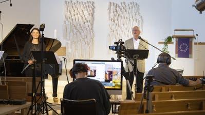 Pfarrer Karl HermannMehlau und US-amerikanische Musikerin Rosemary Yiameos während des Palmsonntag-Gottesdienstes in der leeren evangelischen Kirche Rotmonten. ((Bild: Ralph Ribi/5. April 2020))