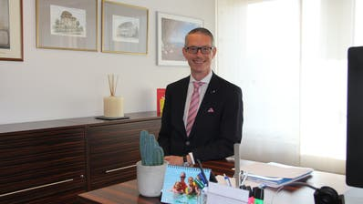 Michael Aebisegger in seinem Büro. Hier will er irgendwann wieder Bürgerinnen und Bürger empfangen können. (Bild: Martin Rechsteiner)