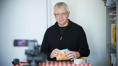 Thomas «Veri» Lötscher mit Sonnenblumenkarten zu Hause in Malters. (Bild: Jakob Ineichen (31. März 2020))