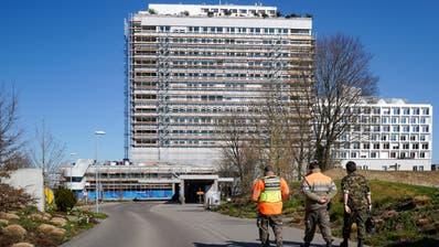Spital Frauenfeld: Links der alte Bettenturm, rechts der Neubau. ((Bild: Raphael Rohner))