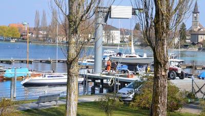 Am Wochenende wurden Boote im Hafen von Steckborn eingewassert. (Bild: Margrith Pfister-Kübler)