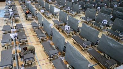 Die rund 220 Betten stehen bereit für Corona-Patienten anlässlich einer Führungdurch das neue Medical Centre Luzern in der Turnhalle und auf dem Areal des Schweizer Paraplegiker Zentrum in Nottwil. (Bild: Urs Flüeler/Keystone (Nottwil,6. April 2020))