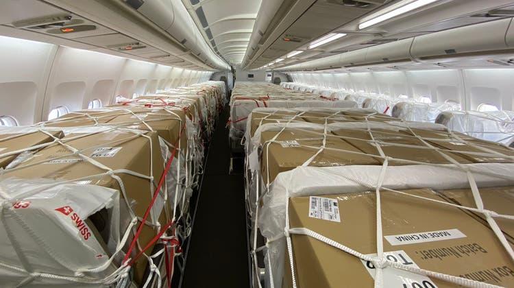 Die Passagierkabine des Airbus A340 ist mit Schutzmaterial beladen. (Swiss)