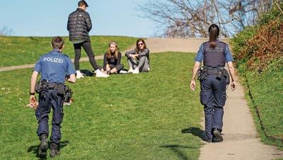 Die St.Galler Stadtpolizei hat an diesem Wochenende vor allem in Naherholungsgebieten wie Drei Weieren erhöhte Präsenz gezeigt. (Bild: Raphael Rohner (St.Gallen, 5. April 2020))
