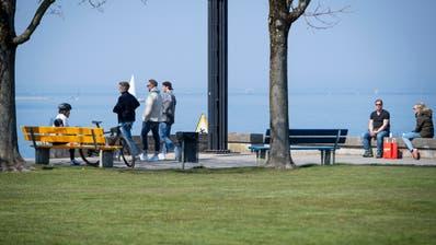 Trotz der Empfehlungen wegen des Coronavirus, das Haus möglichst nicht zu verlassen, zieht es immer noch Leute an den See zum Spazieren. (Bild: Ralph Ribi (4. April 2020, Rorschach))