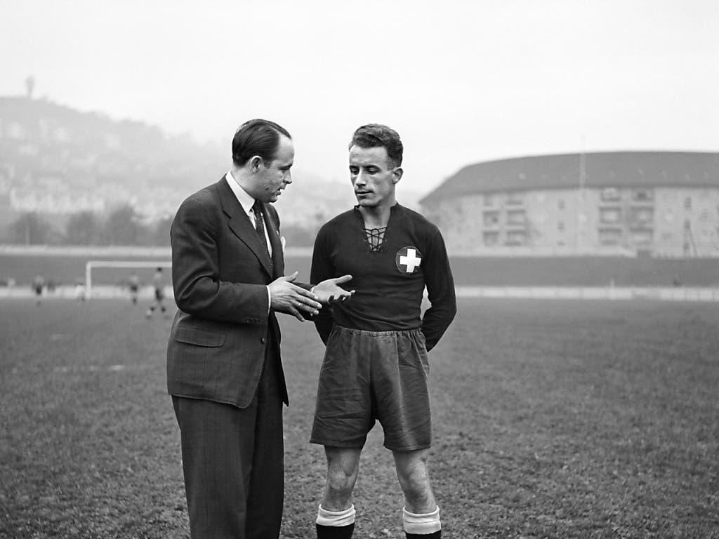 Der Trainer Karl Rappan diskutiert in den vierziger Jahren mit einem Spieler auf dem Hardturm.
