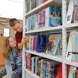 Auch bei geschlossenen Bibliotheksräumen gibts genug zu lesen: Das Bibliotheksteam Steinhausen und jenes von Baar liefern nach Hause. (Bild: Stefan Kaiser (Steinhausen, 30. September 2017))