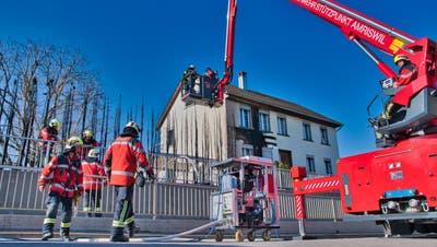 Die enorme Hitze des Heckenbrandes zog auch die Fassade des Wohnhauses in Mitleidenschaft und verursachte einen Mottbrand. ((Bild: Manuel Nagel))