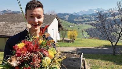 Blumen und Glückwünsche seitens der Wohnortgemeinde: Remo Forrer am Tag nach dem Sieg zu Hause in Hemberg. (Bilder: Andrea Häusler)