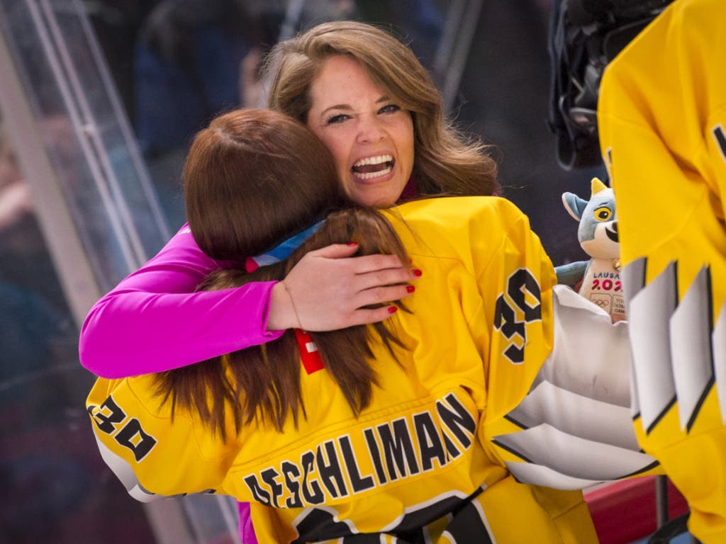 Florence Schelling gratuliert Goalie Nubya Aeschlimann an den Olympischen Jugend-Winterspielen in Lausanne