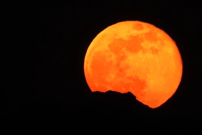 Heute ist dieser orange Supermond der grösste und strahlendste Vollmond dieses Jahres